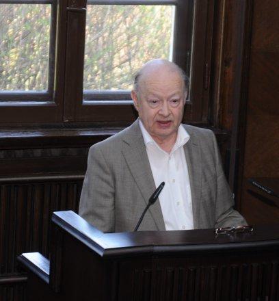 Joist Grolle, Honorarprofessor der Universität Hamburg, hebt in seiner Laudation zur Monografie von Dr. Meyer deren differenzierte Herangehensweise an ein facettenreiches Thema hervor:
