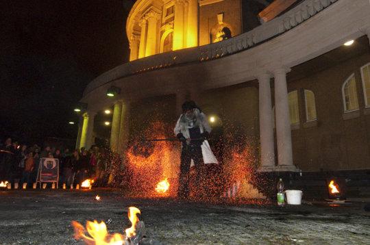 Feuerzauber auf dem Vorplatz des UHH-Hauptgebäudes