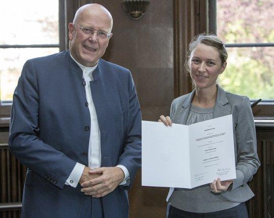 Die Historikerin Anna-Maria Götz erhält den Karl H. Ditze-Preis für herausragende Abschlussarbeiten für ihre Dissertation mit dem Titel
