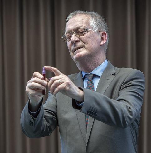 Prof. Dr.-Ing. Rolf Dalheimer, Ehrenmitglied im Vorstand der Karl H. Ditze-Stiftung zeigt am Beispiel eines Tintenkulis, womit Stiftungsgründer Karl H. Ditze den Grundstock für seine Stiftung gelegt hatte, mit der er seit 1979 soziale und gemeinnützi
