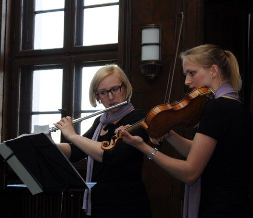 Mit Ihrem musikalischem Rahmenprogramm (Telemann, Mozart) trafen Pauline Renk und Katharina Sames genau den Ton, der die Feierlichkeit der Veranstaltung untermalte.