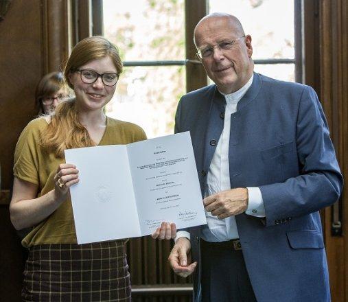 Der Präsident mit der Preisträgerin Hanna M. Wimmer, die für Ihre Dissertation mit dem Titel