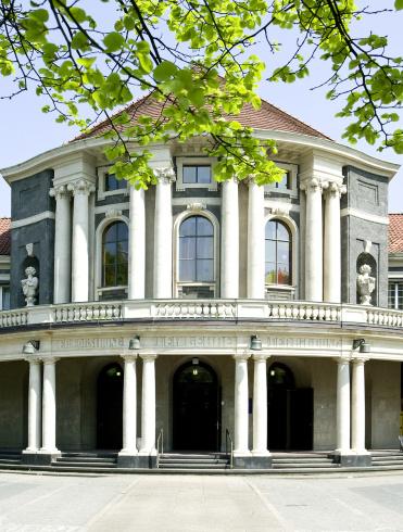 Hauptgebäude Edmund-Siemers-Allee 1