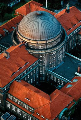 Luftaufnahme des Hauptgebäudes