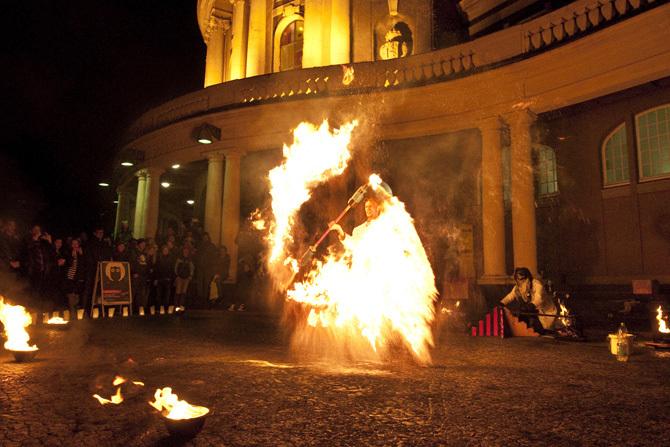Feuerkünstler vor dem Hauptgebäude der Universität