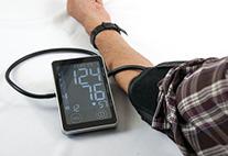 Blutdruckmessung am Männerarm