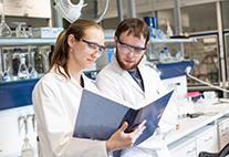 Forscherin und Forscher im Labor