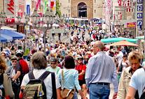 Dichtgedrängte Menschenmassen in einer Fußgängerzone