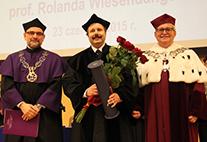 Professor Roland Wiesendanger nach Erhalt der Ehrendoktorurkunde durch den Rektor der TU Posen, Professor Tomasz Lodygowski