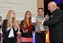 Lenzen übergibt symbolische Immatrikulationsurkunden an Studierende