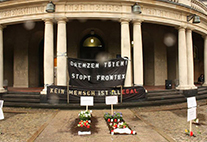 Bestattungsaktion für Flüchtlinge vor dem Hauptgebäude