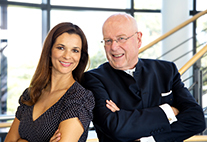 NDR-Moderatorin Julia-Niharika Sen und Prof. Dr. Dieter Lenzen, Präsident der Universität Hamburg