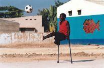 Ein angolanisches Minenopfer beim Fußballspielen.