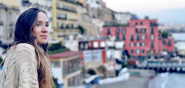 Junge Frau im Ausland