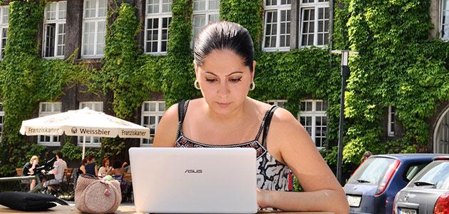 Eine Studentin auf dem Campus