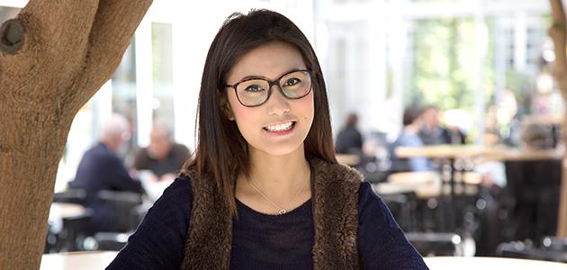 Studentin im Foyer des Westflügels, Universität Hamburg