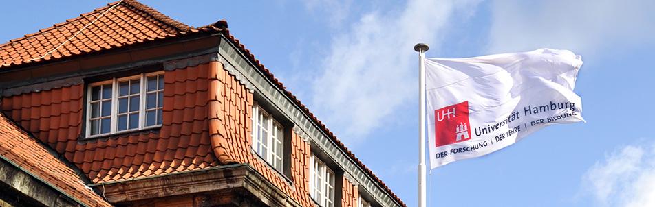 UHH-Flagge vor der Universität Hamburg