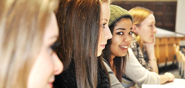 Jugendliche im Hörsaal