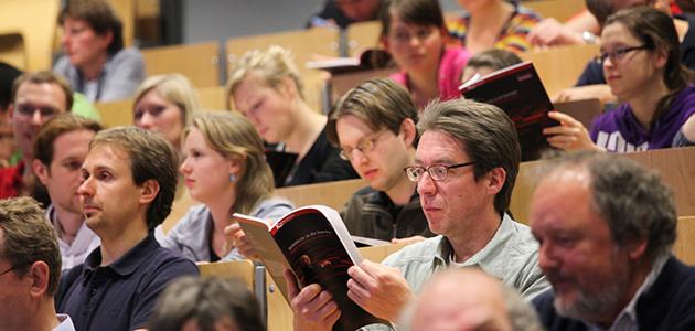 Hörsaal mit den Studierenden