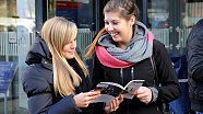 Jugendliche betrachten eine Informationsbroschüre