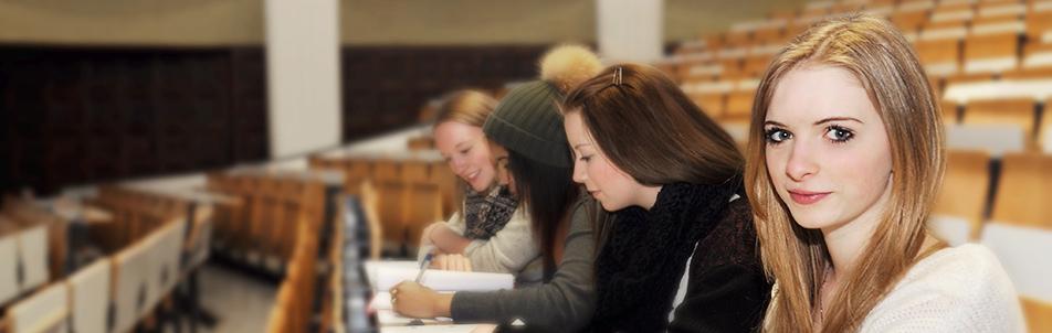 Schülerinnen im Hörsaal