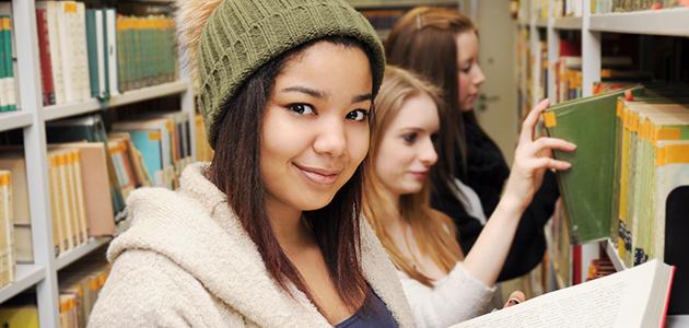 Schülerinnen in der Bibliothek