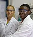 Zwei Personen in Laborkitteln