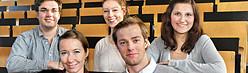 Junge Wissenschaftlerinnen und Wissenschaftler im Hörsaal