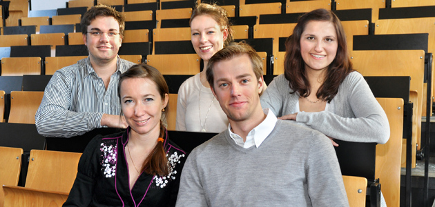 Fünf Studierende im Hörsaal