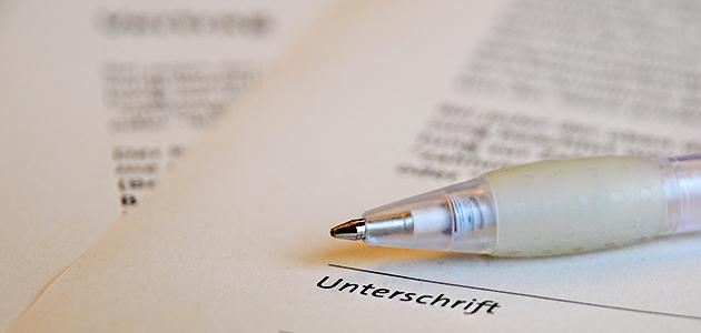 Vertrag mit dem Kugelschreiber