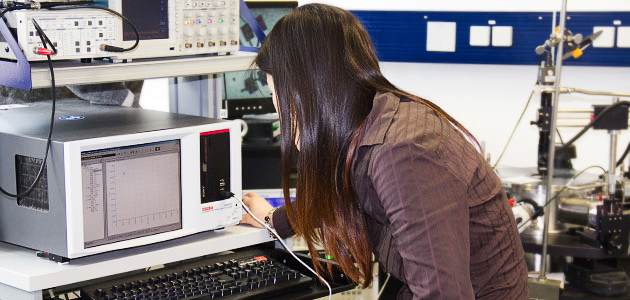 Mitarbeiterin von der Gruppe Professor Klinke beim starten des Forschungsgäretes