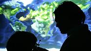 Forscher vor einem Ausschnitt der Erdoberfläche
