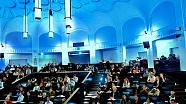 Blick in den blau beleuchteten Agathe-Lasch-Hörsaal