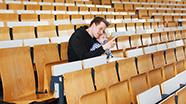 Ein junger Vater mit seinem Kind im Hörsaal