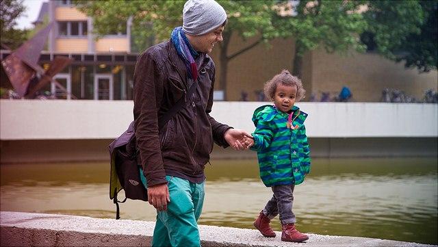 Familie beim gemeinsamen Ausflug