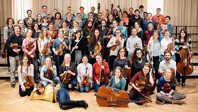 Chor und Orchester auf der Bühne