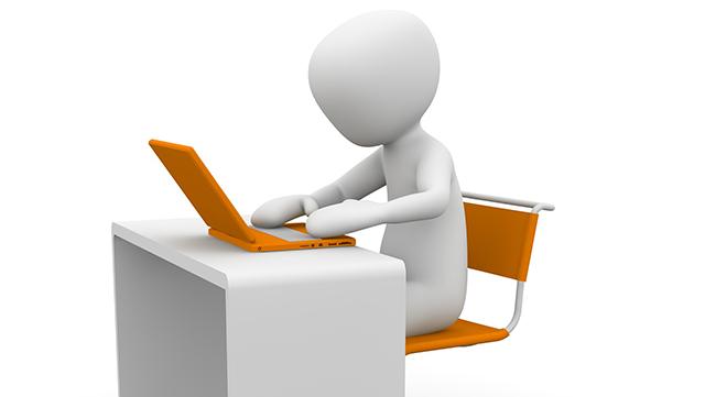 Männchen schaut in ein Laptop