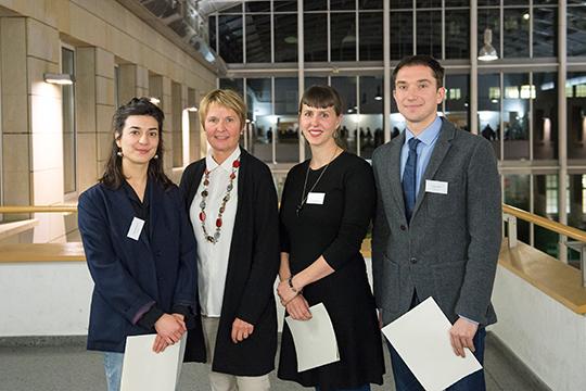 Prof. Dr. Gabriele Klein, Leiterin des Studiengangs Performance Studies mit den drei Deutschlandstipendiaten des Förderers Kulturstiftung Matrong