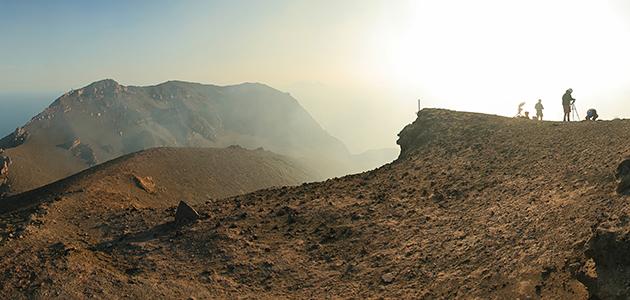 Forscher auf einem Vulkan