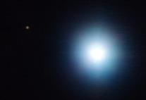 Exoplanet und Mutterstern (helle Flecken auf schwarzem Hintergrund)