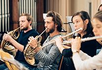 Das Sinfonieorchester mit Bläsern.