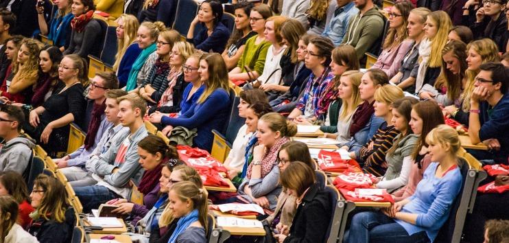 Das Foto zeigt vollbesetzte Reihen in einem Vorlesungssaal.