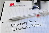 "Schriftzug auf Papier: ""University for a Sustainable Future"""
