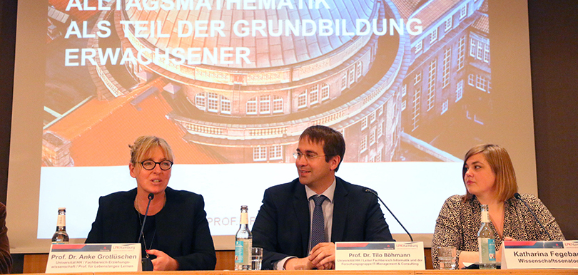 Prof. Grotlüschen, Prof. Böhmann und Wissenschaftssenatorin Fegebank auf dem Podium der Landespressekonferenz