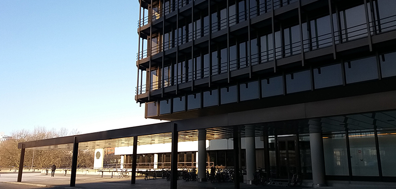 Außenansicht des Gebäudes mit Fahrradstation