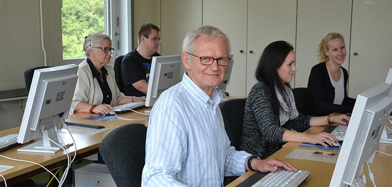 Gruppe von Kontaktstudierenden im Seminarraum