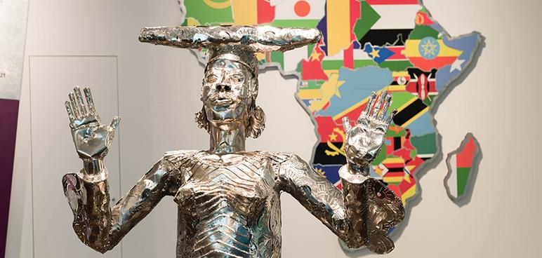 "Metallskulptur ""Looking vor Grace"" der nigerianischen Bildhauerin Sokari Douglas Camp."