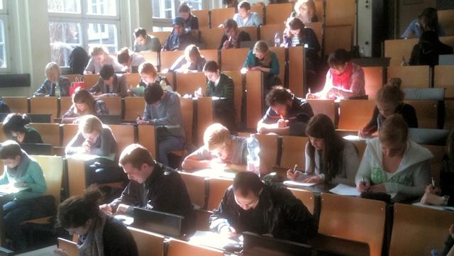Studierende schreiben den Einstufungstest