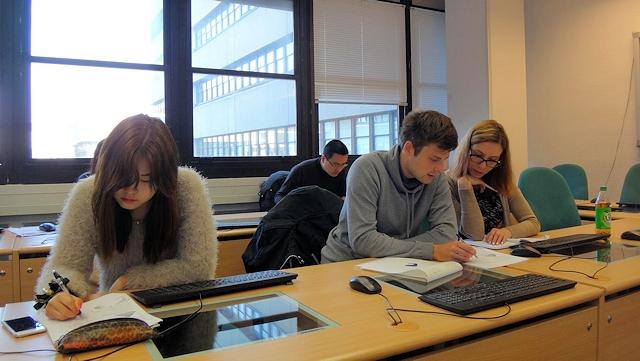 Studierende im Kurs