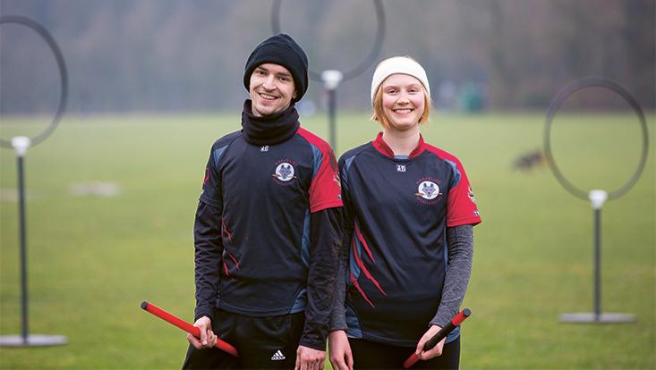 Lea und Tristan vor Quidditch Ringen